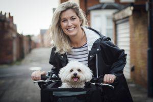 Junge Frau mit Hundefahrradkorb